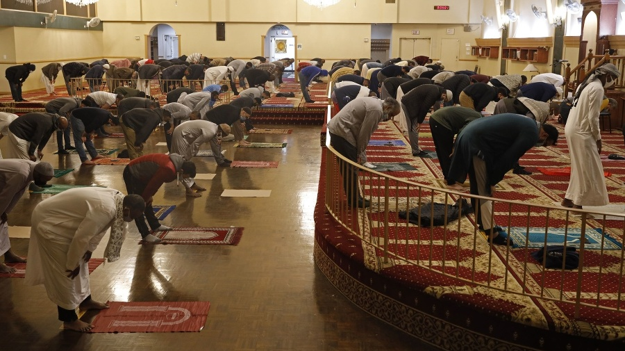 Moslimovia s ochrannými rúškami
