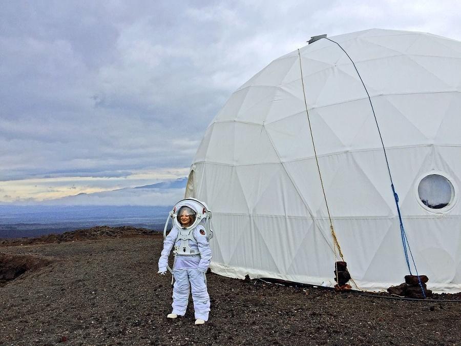 Astronautka pózuje v skafandri