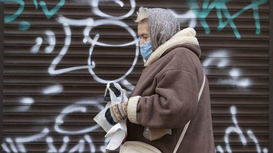 Seniorka s ochranným rúškom