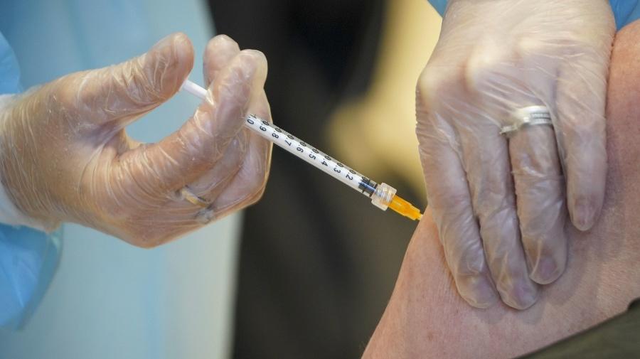 Viaceré krajiny zastavili očkovanie