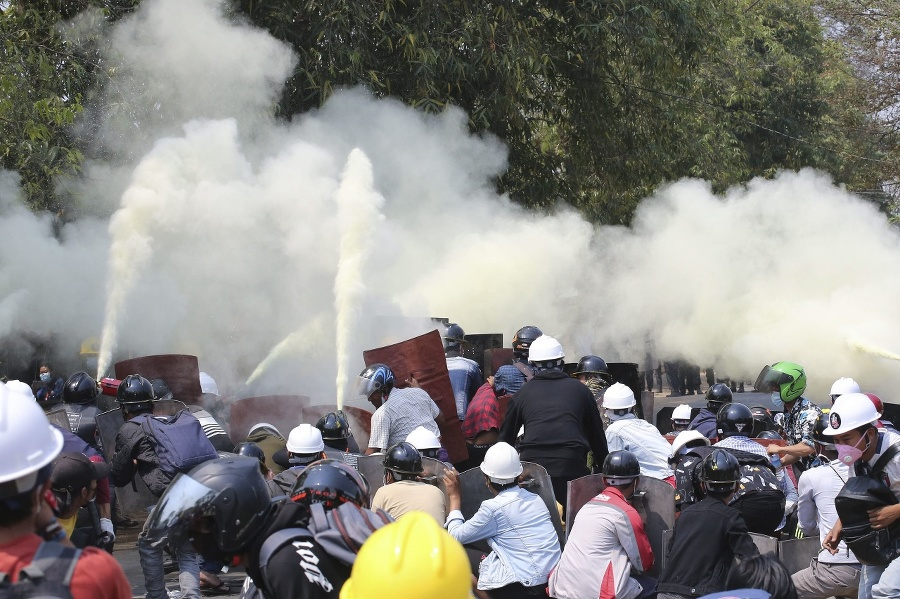 Protivládni demonštranti utekajú pri