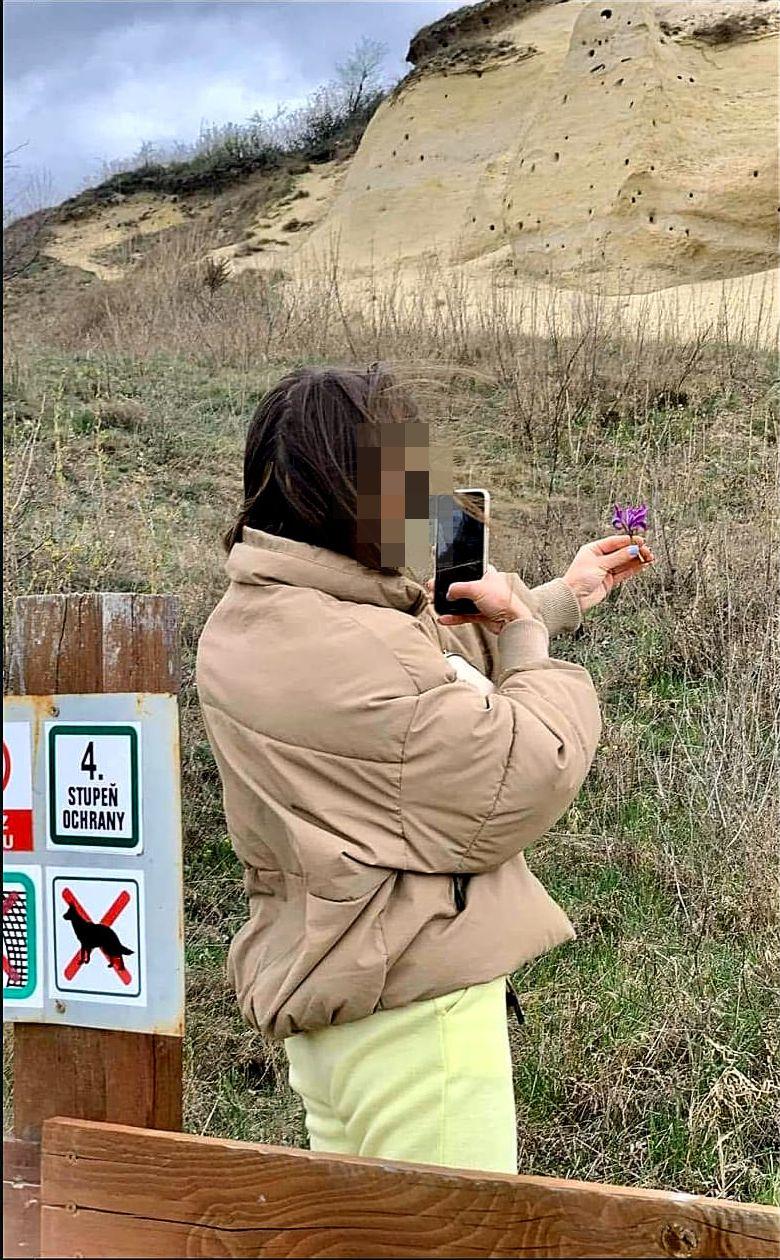 Záber zachytáva dievča, ktoré