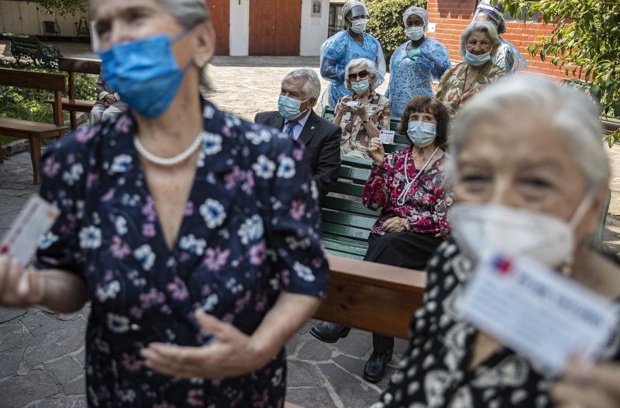 Ľudia čakajú na očkovanie