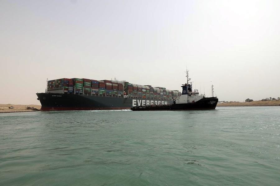 Uviaznutá loď v Suezskom