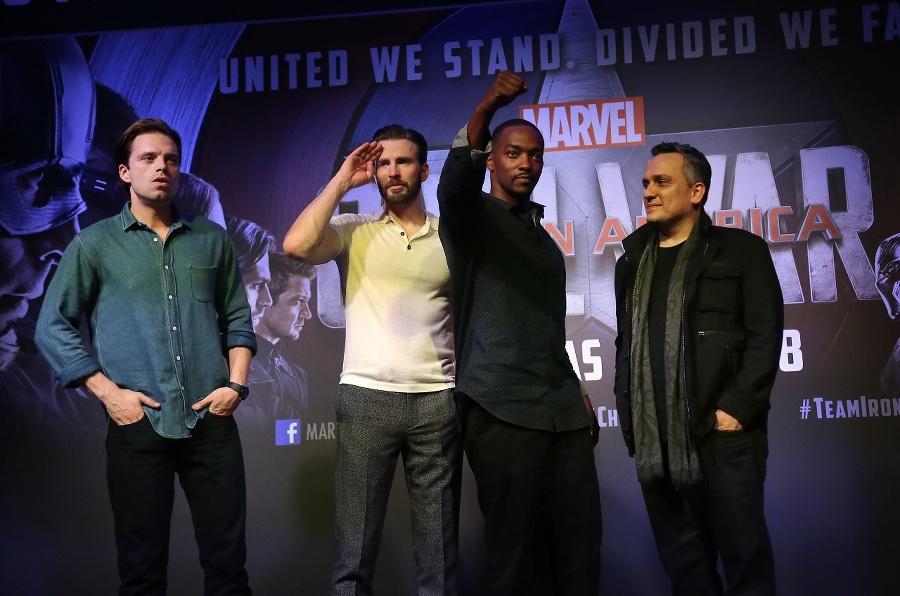 Zľava: Sebastian Stan, Chris Evans, Anthony Mackie a režisér Joe Russo pred tlačovou konferenciou k premiére filmu Kapitán Amerika: Občianska vojna.