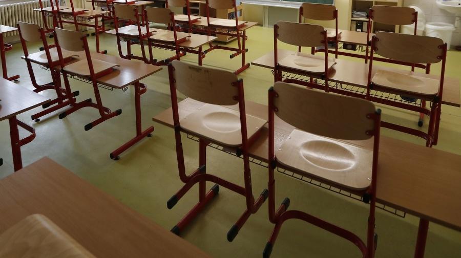 Učiteľka sedí v prázdnej