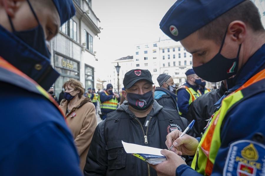 Policajti zisťovali identitu každého