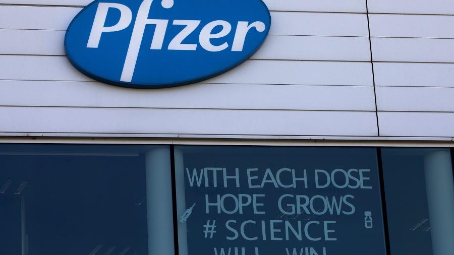 Logo Pfizeru vo výrobnom