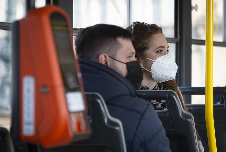 Cestujúci s respirátormi v