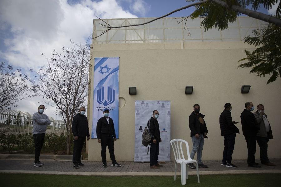 Palestínčania čakajú v rade