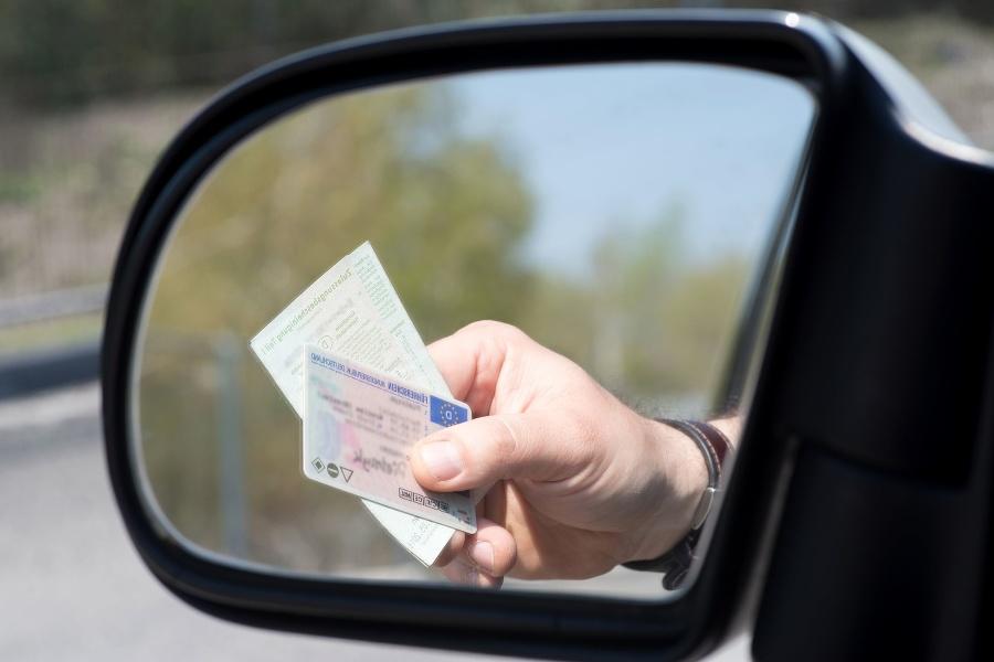 Ein Mann zeigt Führerschein