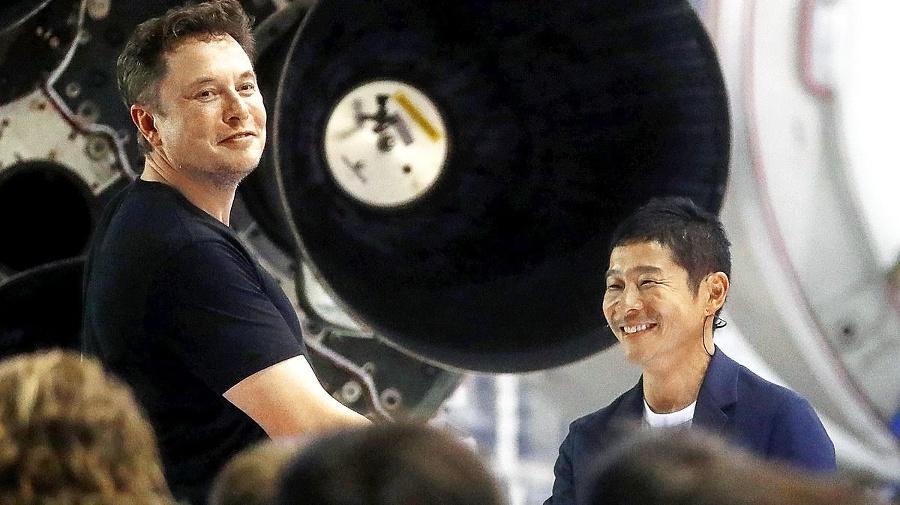 Maezawa (vpravo) poletí na