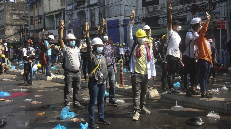 Protestujúci s prilbami