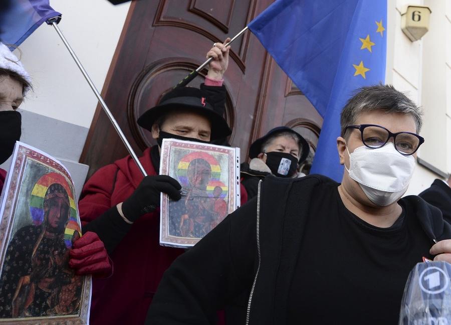 Aktivistka Podlesna pri odchode