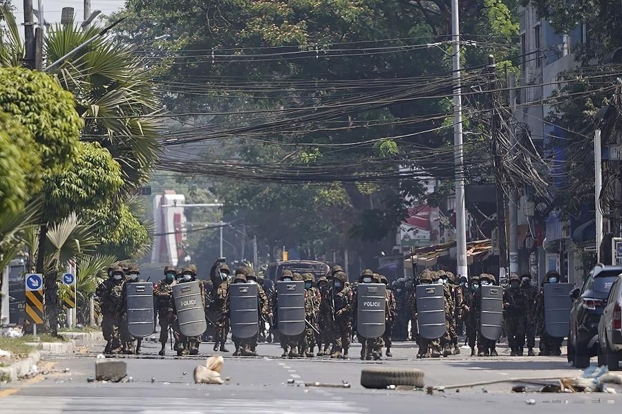 Polícia najprv proti demonštrantom