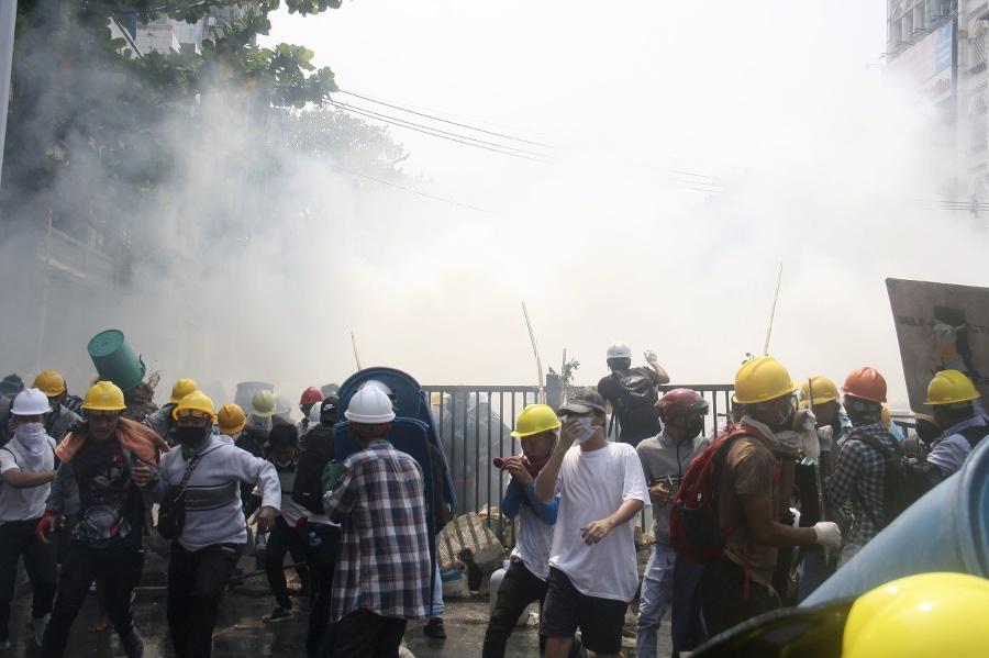 Polícia proti demonstrantom zasiahla