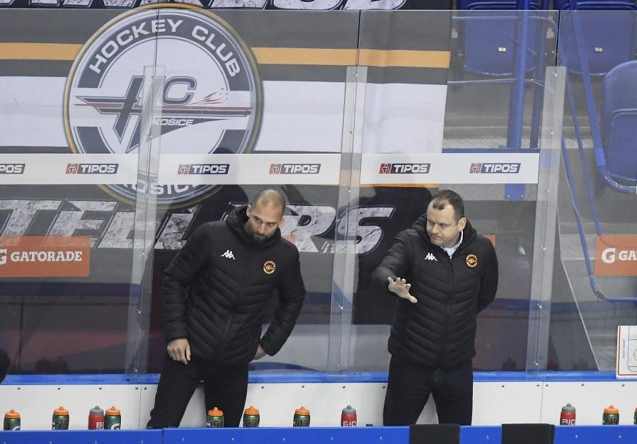 Na snímke vpravo tréner