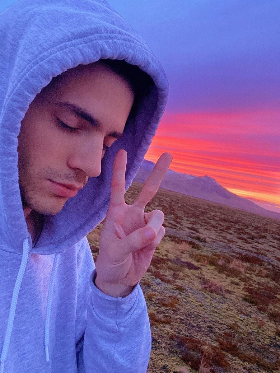 Muž miluje západy slnka