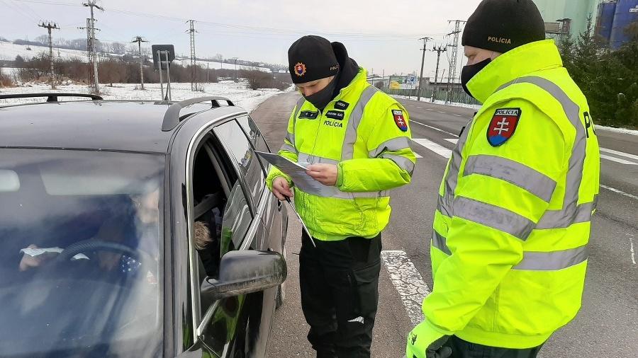 Policajti kontrolujú aj zákaz