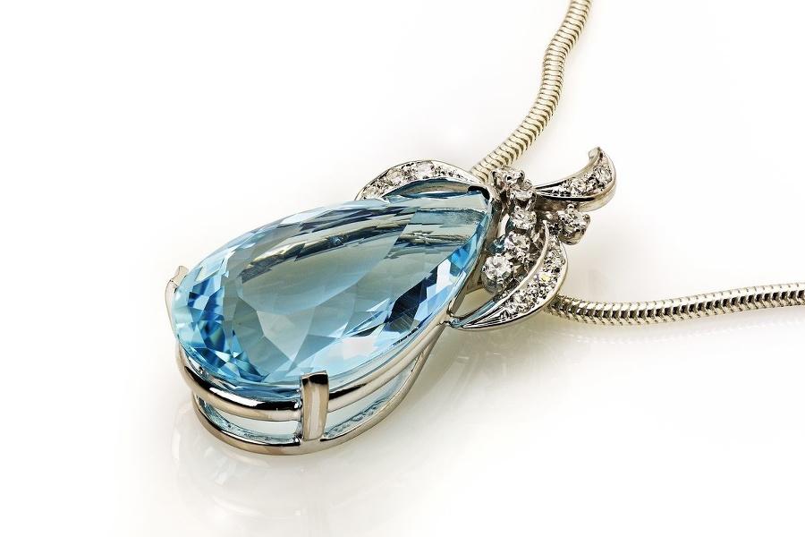 Akvamarín na krku: Šperk