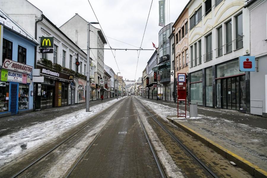 Prázdna Obchodná ulica v