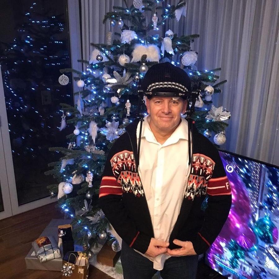 Kollár pri vianočnom stromčeku.