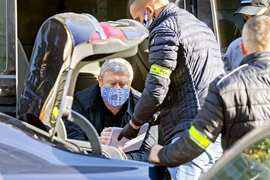 Vyšetrovatelia prehľadali jeho auto,