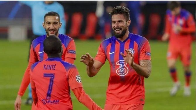 Olivier Giroud (vpravo) sa
