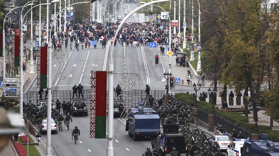 Bieloruskí policajti blokujú cestu