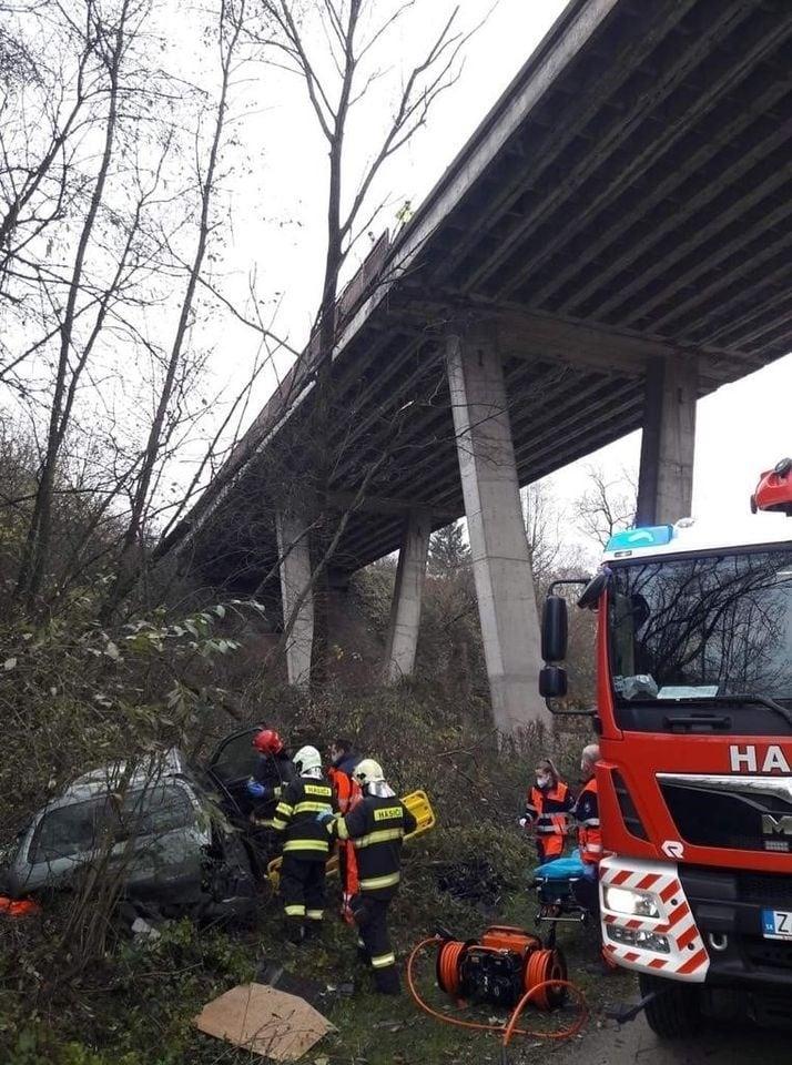 Auto spadlo z mosta.