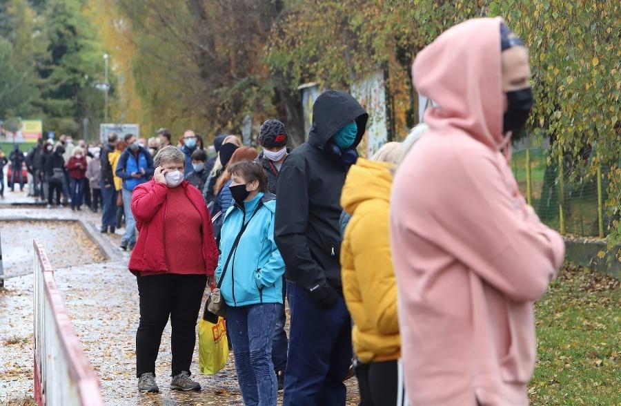 Ľudia čakajúci pred odberným