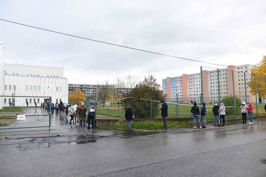 Ľudia čakajú na testovanie