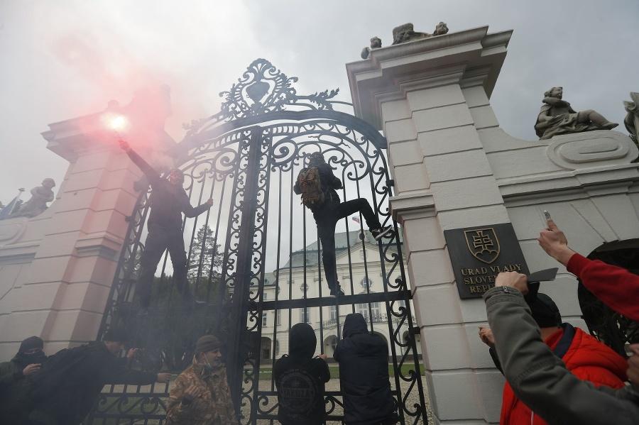 Ultras fanúšikovia počas protestu