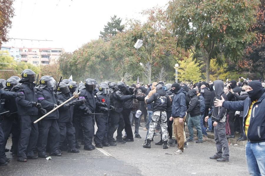 Ultras protestujú pred úradom