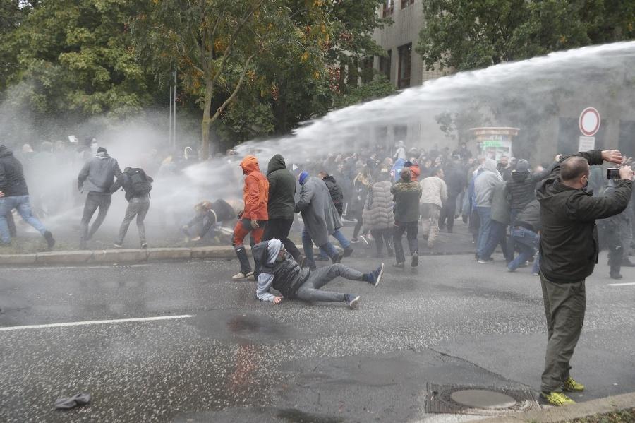 Zásah policajtov proti agresívnym