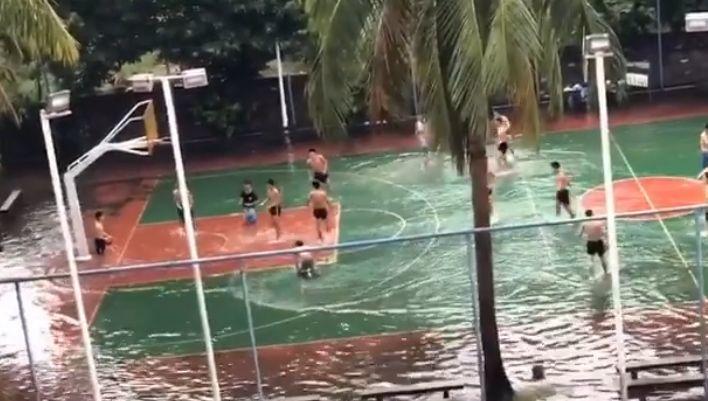 Hráčov nezastavili ani záplavy.