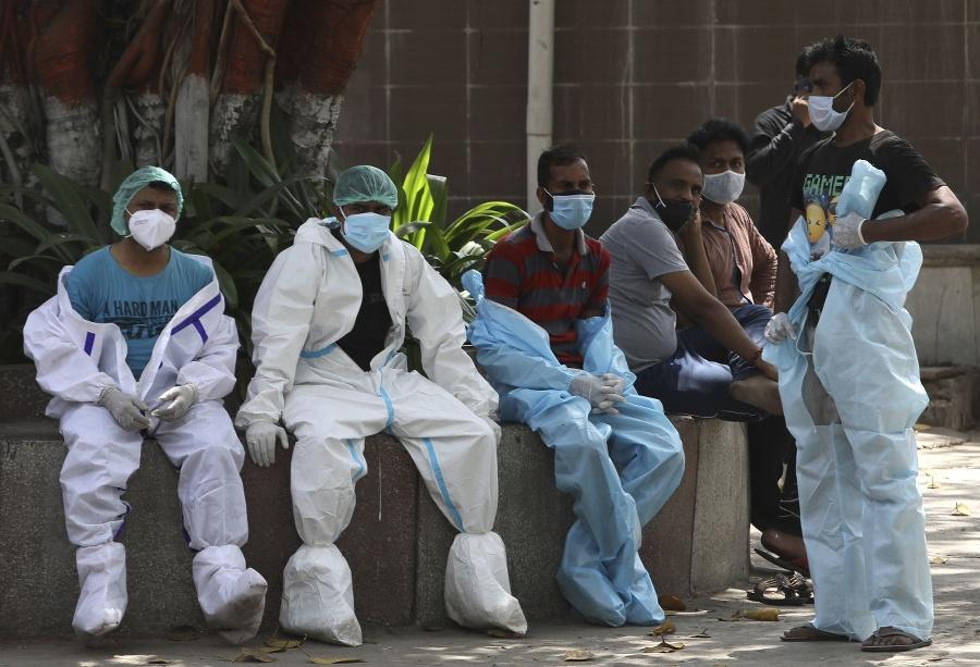 Zdravotní pracovníci odetí v