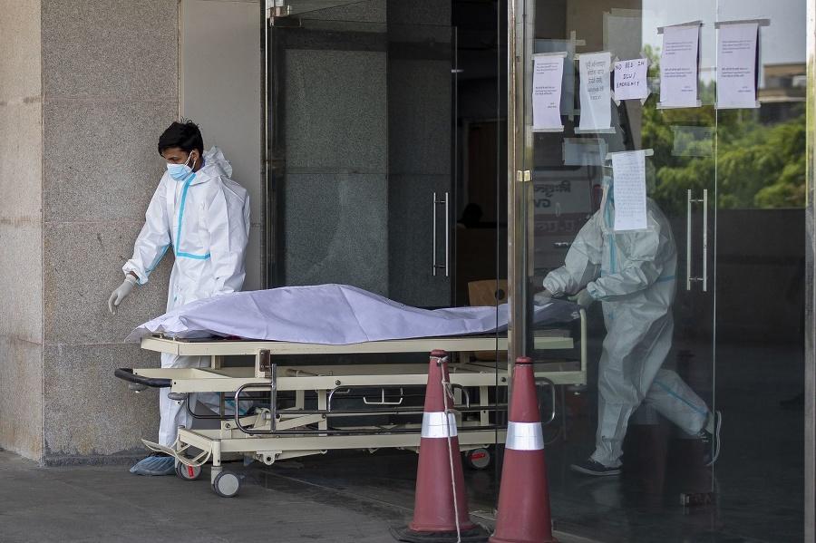 Zdravotníci prevážajú telo obete