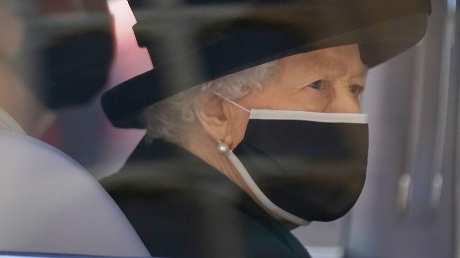 Kráľovná Alžbeta sa musela
