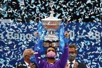 Rafa s víťaznou trofejou.