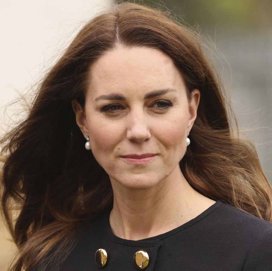 Vojvodkyňa mala perlové náušnice