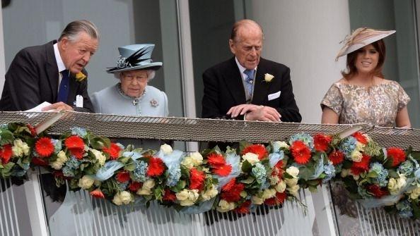 Sir Michael Oswald (vľavo)