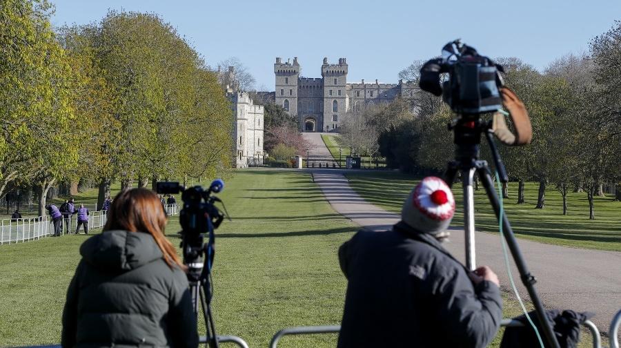 Kameramani pred hradom Windsor.
