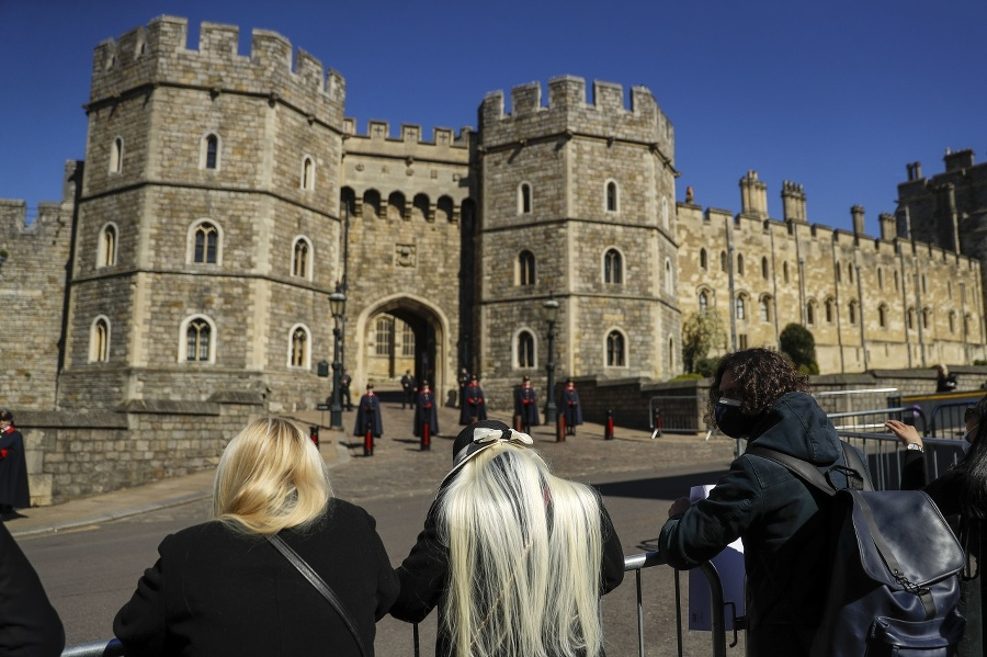 Ľudia čakajúci pred hradom