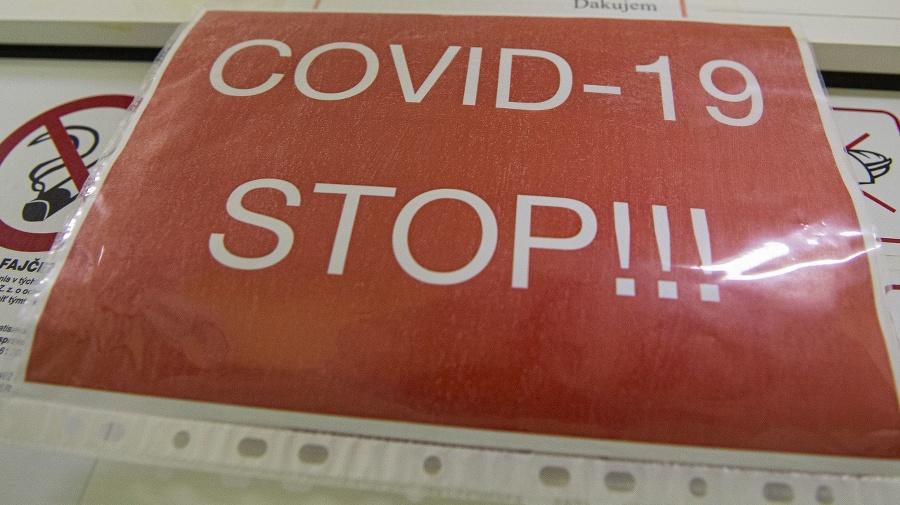 Nápisy v COVID červenej