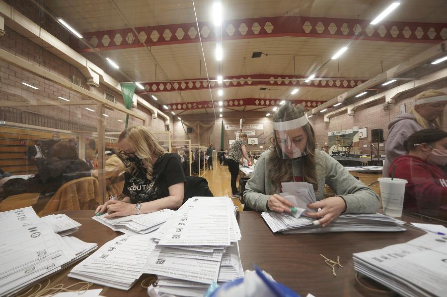 Volební pracovníci spočítavajú hlasy