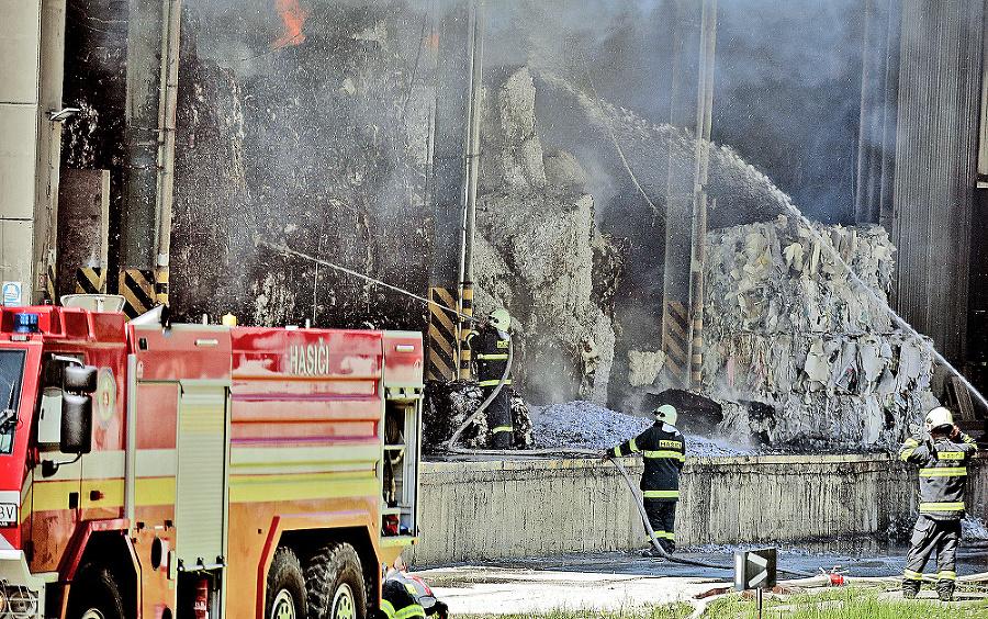Oheň zachvátil sklady so zberovým papierom.