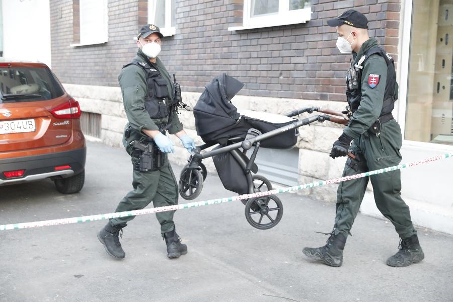 Policajti z opáskovanej bytovky po niekoľkých hodinách vyniesli kočík.