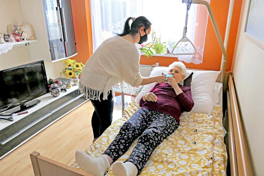 Vnučka Katarína (38) sa posledné štyri roky nepretržite stará o svoju nevidiacu babku Annu (83).