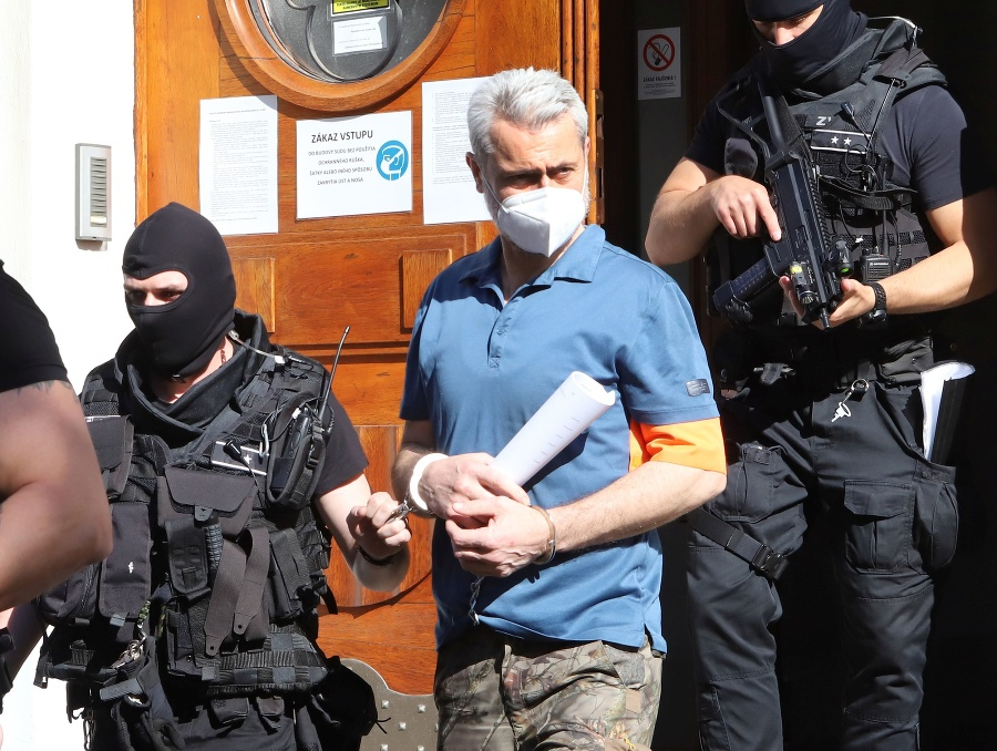 Peter Hraško odchádza z budovy Špecializovaného trestného súdu v Banskej Bystrici.
